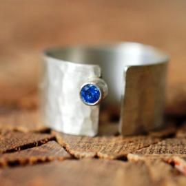 Zilveren ring met blauwe zirkonia