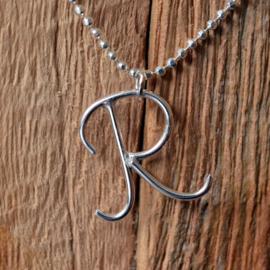 Zilveren sierlijke letter hangers