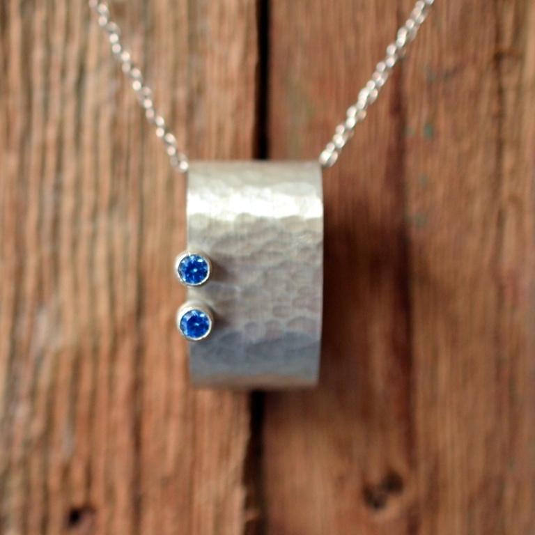 Zilveren hanger met blauwe zirkonia