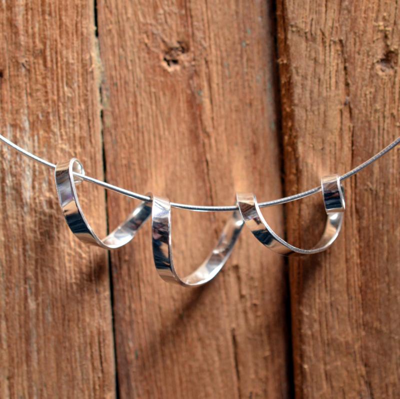 Zilveren gedraaide wokkel hanger
