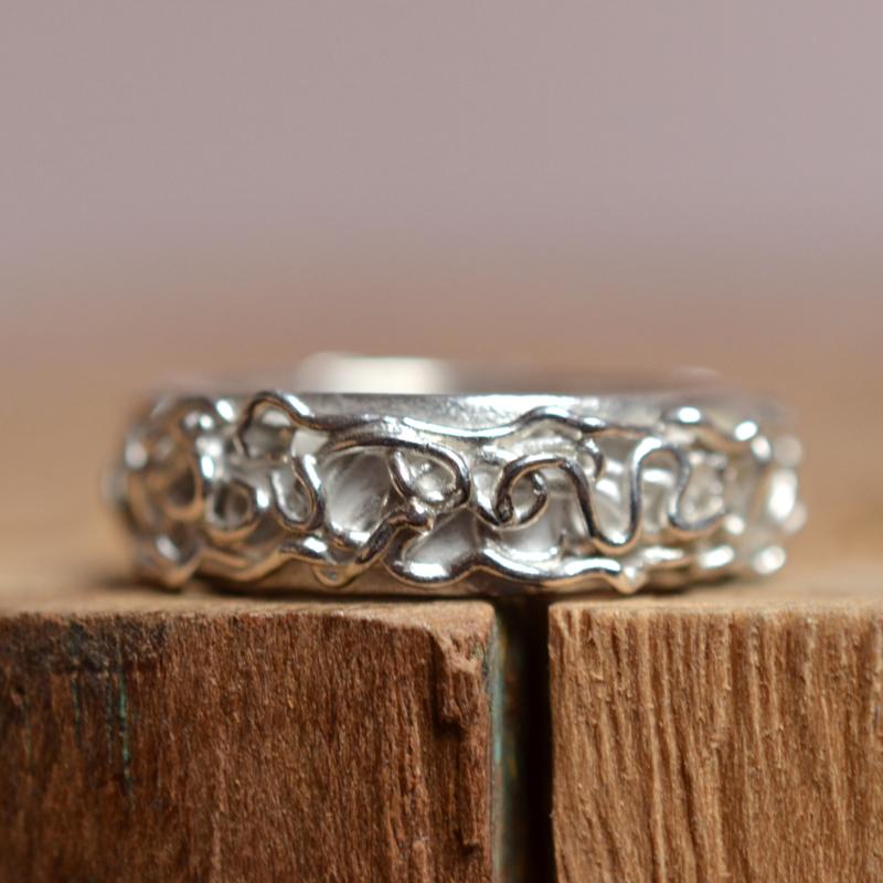Zilveren opgespoten ring