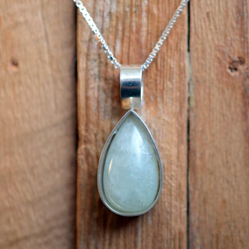 Zilveren druppel hanger met Chalcedoon