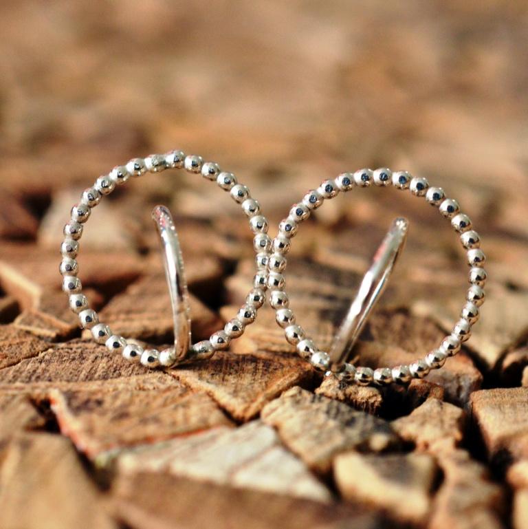 Zilveren oorbellen gemaakt van pareldraad