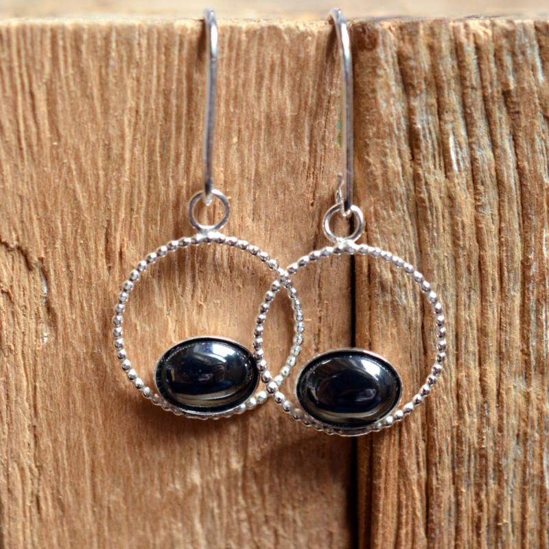 Zilveren oorbellen gemaakt van pareldraad en Hematiet