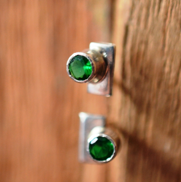 Zilveren oorknopjes met smaragd