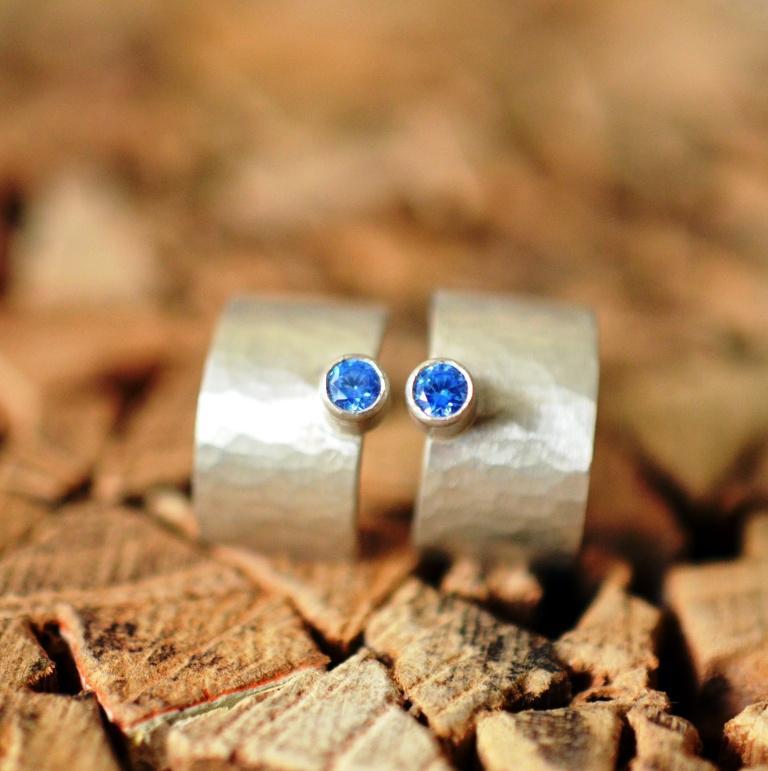 Zilveren oorbellen met blauwe zirkonia