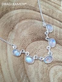 925 Zilveren collier met ovaal geslepen regenboog maansteen cabochons.