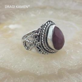 Prachtige 925/000 zilveren ring met facet geslepen robijn.  Ringmaat: 18