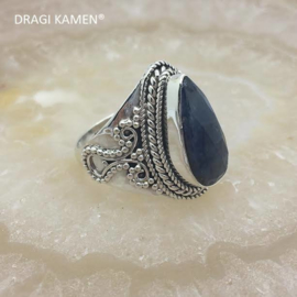 Prachtige 925/000 zilveren ring met facet geslepen blauwe saffier.  Ringmaat 18,5