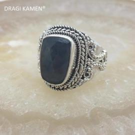 Prachtige 925/000 zilveren ring met facet geslepen blauwe saffier.  Ringmaat: 19
