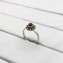 925/000 zilveren pink ring met geslepen robijn.