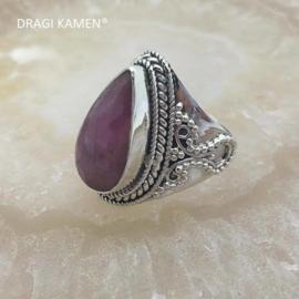 Prachtige 925/000 zilveren ring met facet geslepen robijn.  Ringmaat 18