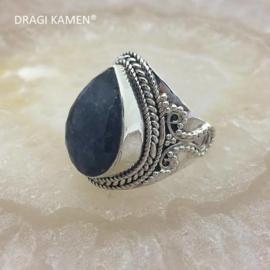 Prachtige 925/000 zilveren ring met facet geslepen blauwe saffier.  Ringmaat: 18,5