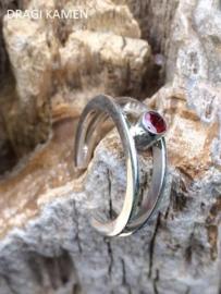 925 Zilveren ring met geslepen granaat. Ring maat 18,5.
