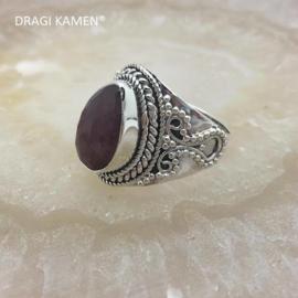 Prachtige 925/000 zilveren ring met facet geslepen robijn.  Ringmaat: 17,5
