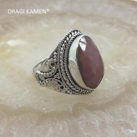 Prachtige 925/000 zilveren ring met facet geslepen robijn. Ringmaat 19