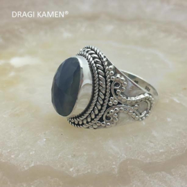 Prachtige 925/000 zilveren ring met facet geslepen blauwe saffier.  Ringmaat: 18