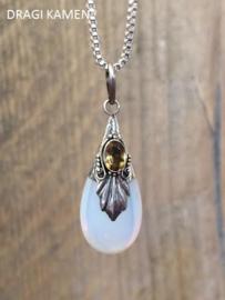 Opaline hanger in zilveren zetting met een citrien facet geslepen edelsteen.
