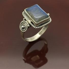 925/000 zilveren ring met geslepen labradoriet uit Madagaskar.
