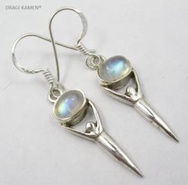 925 Zilveren Godinnen oorbellen met geslepen Regenboog Maansteen. Code: RMO01871