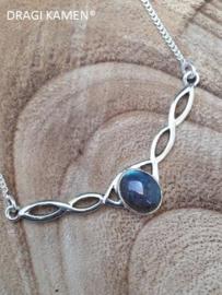 925 Zilveren collier met ovaal geslepen labradoriet cabochon.