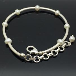 Handgemaakt 925/000 zilveren armband met parels.