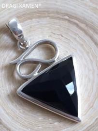 Facet geslepen zwarte onyx hanger in 925 zilveren zetting.