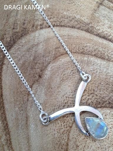 925 Zilveren collier met druppel vorm facet geslepen regenboog maansteen.