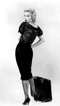 De pencil dress (ook wel: wiggle dress) is hét jurkje van de jaren 50! Deze kokerjurkjes werden door stijliconen zoals Marilyn Monroe, Brigitte Bardot en Sophia Loren gedragen. Pencil dresses zijn tijdloze jurkjes en zullen dan ook nooit uit ons tijdsbeeld verdwijnen.