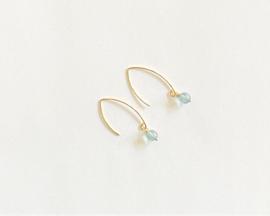 Goud vermeil oorhaken met blauwe quartz (klein hangertje)