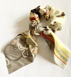 Haarcrunch met zijden sjaaltje beige/ geel dessin