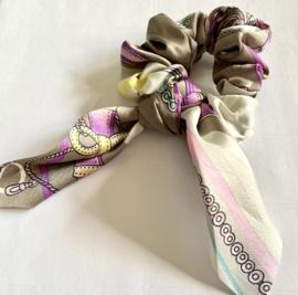Haarcrunch met zijden sjaaltje taupe/lila dessin