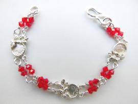 Zilveren muntjes-rode kralen baby bracelet.