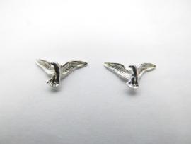 1 paar zilveren adelaartjes oorknoppen.
