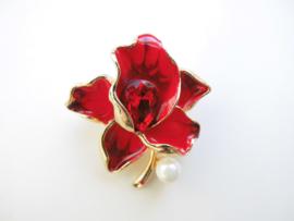 Broche rode bloem met synth. parel.