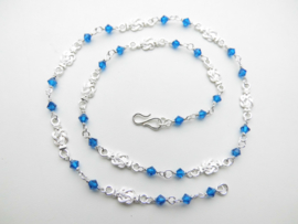 Zilveren baby mattenkloppers blauwe kralen ketting.