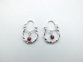Zilveren baby oorbellen rood kraal.