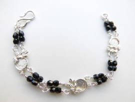Zilveren muntjes-zwarte kralen baby bracelet.