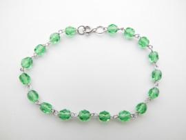 Zilveren licht groene kralen bracelet.