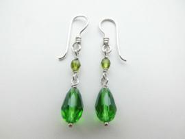 Zilveren groene kralen oorbellen.