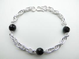 Zilveren tarate bracelet met zwarte kralen.