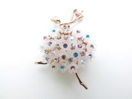 Broche ballerina met kleurrijke steentjes.