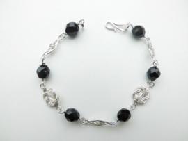 Zilveren mattenklopper/payet zwarte kralen bracelet.