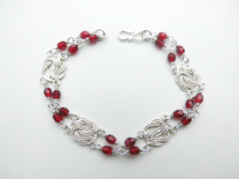 Zilveren mattenklopper-rode kralen bracelet.