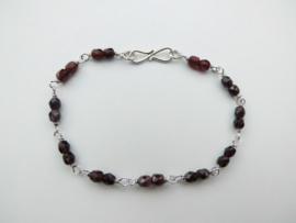 Zilveren bordeaux rode kralen bracelet.
