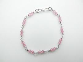 Zilveren licht roze kralen bracelet.