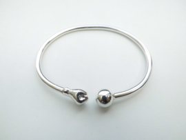 Zilveren vuist/bal armband.