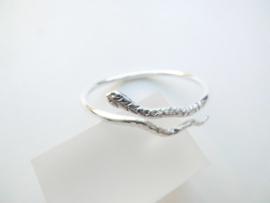 Zilveren baby slangen armband.