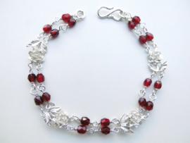 Zilveren roosjes rode kralen bracelet.