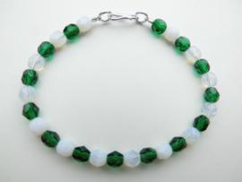 Groen/witte kralen bracelet met zilveren sluiting.